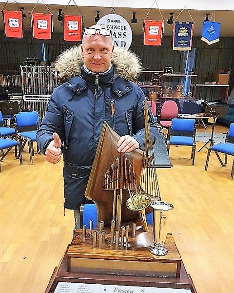 Utflytta nordhordlending, med mange års fartstid i MML, Rune Gundersen, er strålande fornøgd med at Stavanger Brass Band fekk med seg det prestisjetunge NM-trofeet heim.