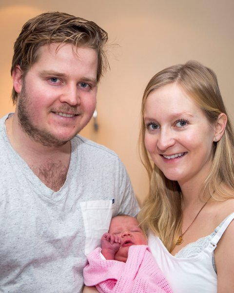 Årets nyttårsbarn, Jenny Leonora Løvåsmoen, ble født på Ullevål sykehus ni minutter over midnatt. Her sammen med de nybakte foreldrene, Cathrine Olsen og Martin Løvåsmoen. Foto: Paul Kleiven / NTB scanpix