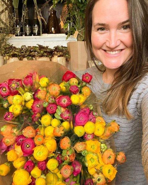 ÅPENT IGJEN: Dénise Sandli (39) driver Blåveispiken Blomster på Strømsø. Fredag kunne hun åpne dørene igjen, akkurat som andre blomsterbutikker i Viken. Hun forteller at hun er like glad fredag som hun var på dette bildet fra starten av mars.