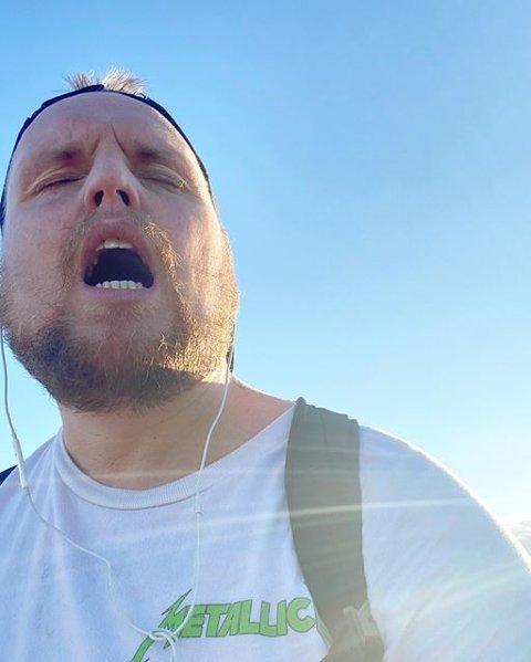 SLITEN: Mandag tok Stian Staysman Thorbjørnsen bena fatt og gikk fra Fredrikstad til Halden. – Dette er meg etter 3,4 mil mandagen etter en helg på hammerfestfylla, skriver han under dette bildet.