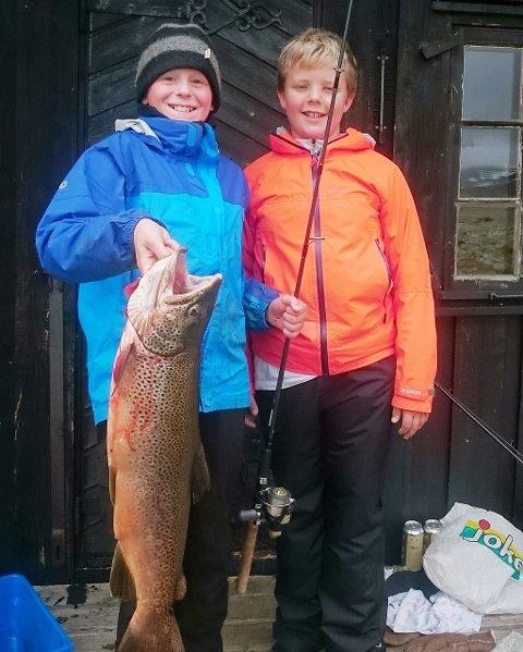 PÅ FISKETUR: Stormur Romundset og søskenbarnet Halvor gikk på fisketur på egen hånd og kom tilbake med denne fangsten, en ørret på 2,7 kilo.