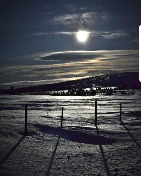 MAGISK: Fullmåne på Øyerfjellet.Foto: Svein Arne Hugsten