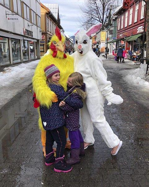 4. PÅSKESTEMNING: Påskestemning i Lillehammer sentrum. Foto: Heidi Myrseth