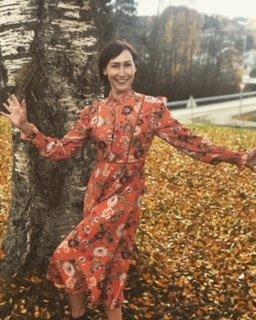 LOPPE-KJOLE: Administrerende direktør i Otrera viser en kjole fra FWSS som ble donert til Otreras loppemarked og auksjon.