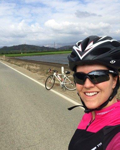 TRENER SEG OPP: Caroline driver for tiden opptrening etter krasjen tidligere i høst. Hun tok nylig en selfie mens hun var på sykkeltur, og for øyeblikket brenner det kraftig i fjellområdet i bakgrunnen.