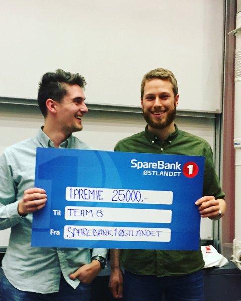VANT: Jon Håvard Halvorsen og Peter Sjølie med førstepremien i Gullpitchen i fjor. Foto: HOOM