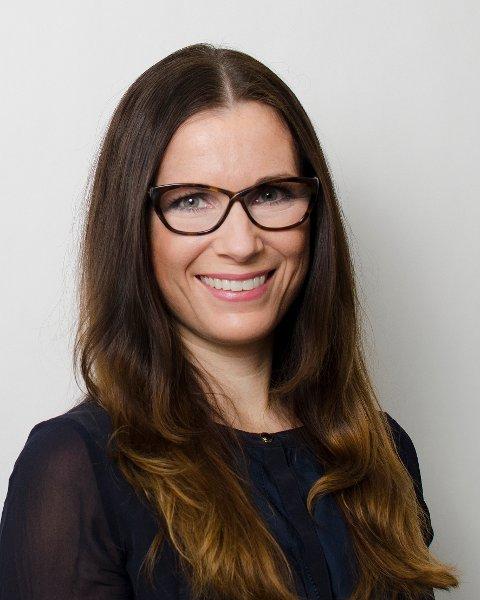 Trine Charlotte Høgås-Ellingsen fra Rana styrer Pareto-skuta med stø hånd.