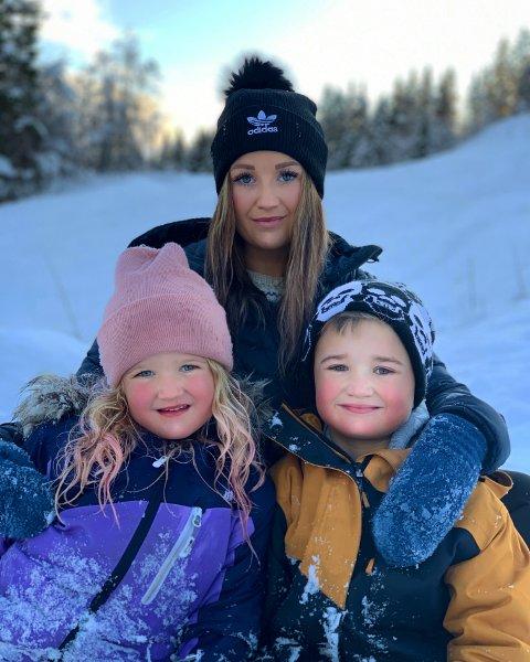 Mere sammen: Camilla Eidstø Bergh fra Mosjøen sier nei til å la barna møte venner - for å unngå koronasmitte. Hun velger å se positivt på situasjonen. - Ungene har fått et mye bedre samspill og innsett at de bare har hverandre nå, sier hun om Emeli og Emrik.
