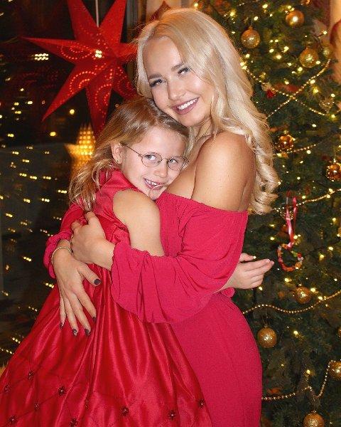 TUNGT I JULA: Karina Haukland, her sammen med dattera Julia, er en av mange som vet hvordan det er å gå og grue seg til jul og adventstid.
