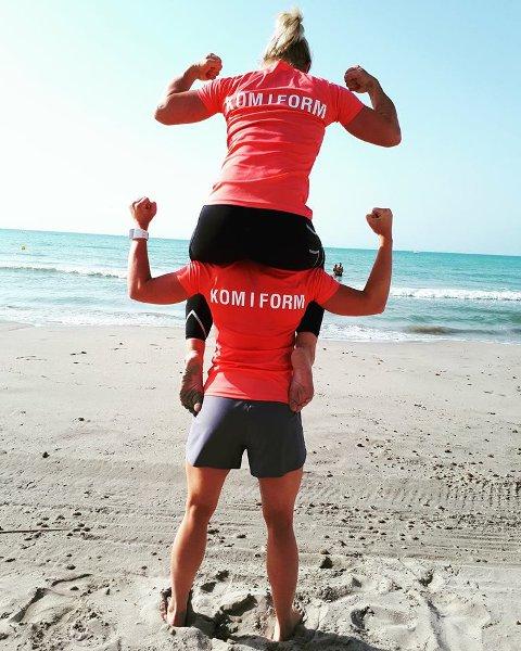 Tunge tak: Malin Basnes-Svendsen med Stine Holtet på sine skuldre.
