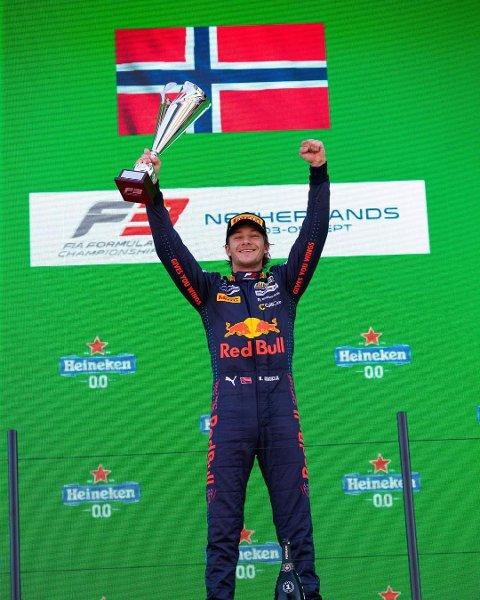 FESTET GREPET: Dennis Hauger jubler etter triumfen i søndagens løp i Zandvoort i Nederland. Seieren sendte aurskogingen opp i en 45 poengs ledelse i årets Formel3-mesterskap med en gjenstående runde.