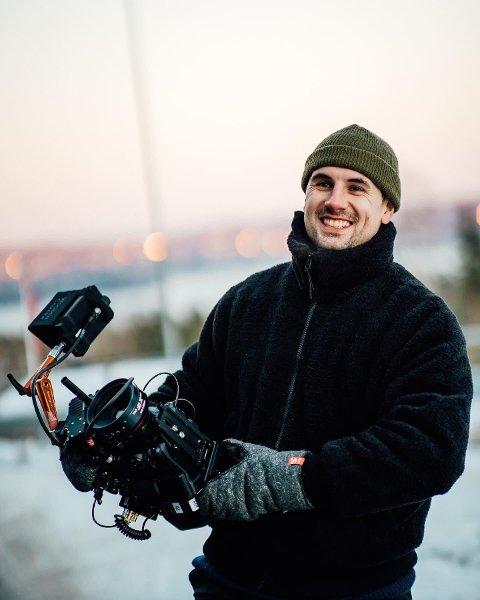Aleksander Rebaudo (27) frå Uskedalen har funne lukka i Oslo, på fleire måtar. Han har sitt eige firma med profilerte medarbeidarar, får jobba med film som er lidenskapen hans, og han og kjærasten har kjøpt si første leilegheit saman.
