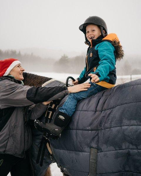 Adrian Eilertsen elsker dyr. Her hjelpes han på hesten av Ika Jendralova.