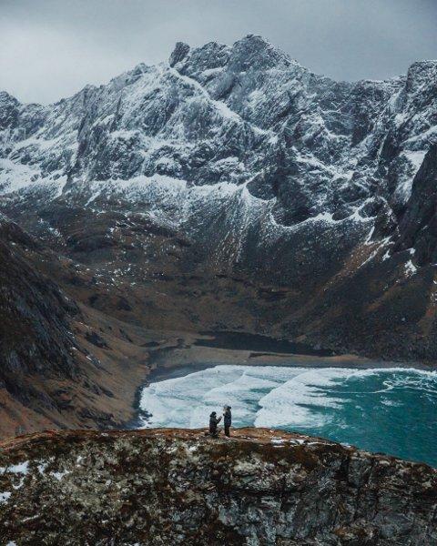 Martin Litwicki og Maren Borander elsker hverandre, og de elsker Lofoten. Nylig tok de det neste steget, da Martin gikk ned på kne på Ryten.