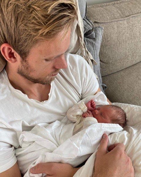 STORT ØYEBLIKK: Emil Midtbø Sundal med sin nyfødte sønn i armene.