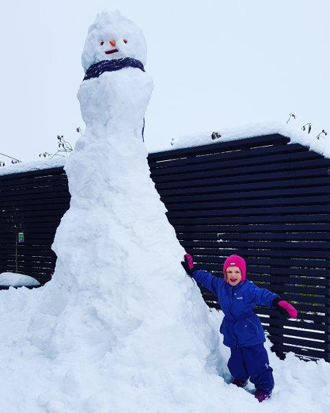 NOEN HØYERE? Snømannen i Hageveien 3 i Ski er tre meter høy.