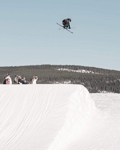 SVEVER HØYT: Preben Sætre (16) avbildet under freeski-NM i Trysilfjellet tidligere i april, der han tok sølv i Big Air.