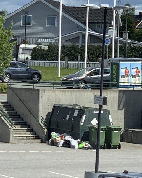 Søppel: Her flyter det over med søppel.