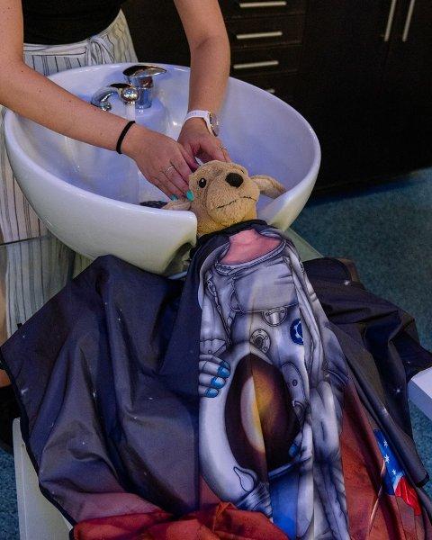 MASSASJE: Hos jentene på Modern Design fikk bamsen litt hodebunnsmassasje.