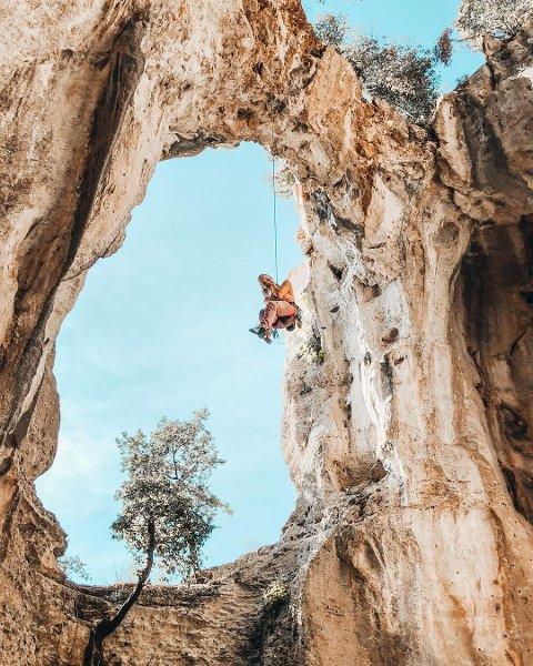 Miriam Wallenius hadde en skikkelig wow-opplevelse da de skulle klatre i Finale i Italia. Fjellveggen med det store hullet befinner seg inne i en grotte som de  måtte ta seg inn i først. På grunn av eldgamle klatreruter i fjellveggen er det lang avstand mellom boltene som er festet i veggen. –  Jeg falt fire- fem meter da jeg mistet taket i veggen. Jeg kjenner at jeg blir litt redd, sier hun.