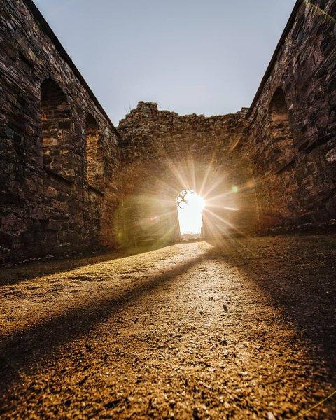 Vinner i uke 13 og månedsvinner for mars: Et flott bilde fra Nes kirkeruiner der fotografen har fanget sola som lyser opp gjennom åpningen. De lange skyggene gir bildet en ekstra dimensjon. Bra! Foto: Kathrine Kværner.