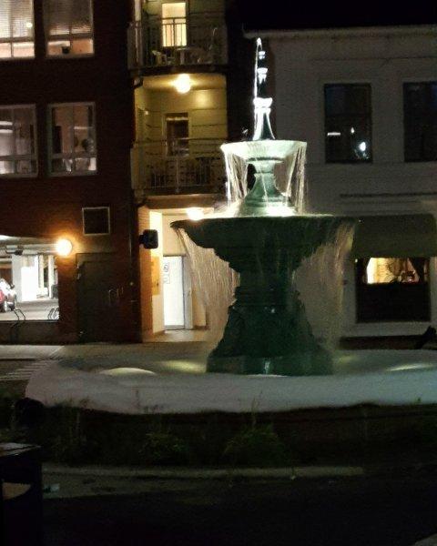 Slik så fontenen på Chr. Hvidts Plass ut lørdag kveld.
