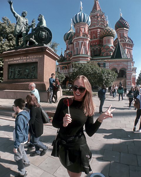 Kristine Elisabeth Herland Grinna reiser verden rundt i jobben sin som flyvertinne i Emirates.