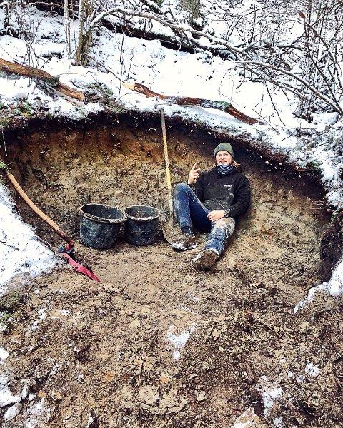 GRAVER OG GRAVER: Brage Vestavik bruker utallige timer med spade for å lage råe løyper i Mysen.