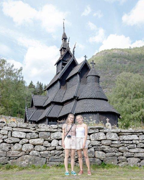FISKELUKT: Lukta er interessant og søt, litt som fisk på bålet, seier Louisa (15) og Salome (17) om lukta i stavkyrkja i Borgund. (Foto: Natalie Liabø Hermansen)