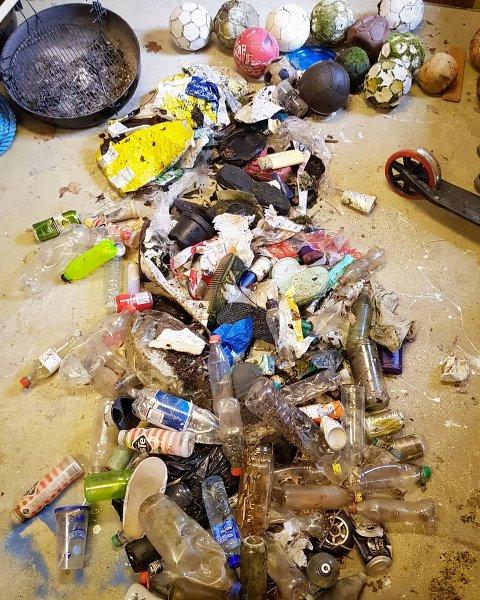 Noen har startet på søppelhentingen. To timers rydding ved Kossvatnet på sist uke resulterte i 23 baller, 62 flasker, 41 shampoo-/såpeflasker, 11 sko, 8 snusbokser og en haug annen plast. (Foto: Janet Førde)