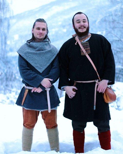 Vebjørn Slinger (23) til høyre sammen med medelev Joakim Sunde Lundgren.