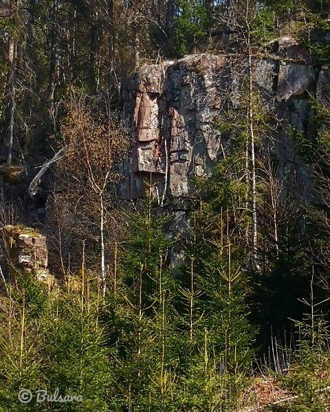SER DU DET?: Ser du ansiktene i fjellveggen?
