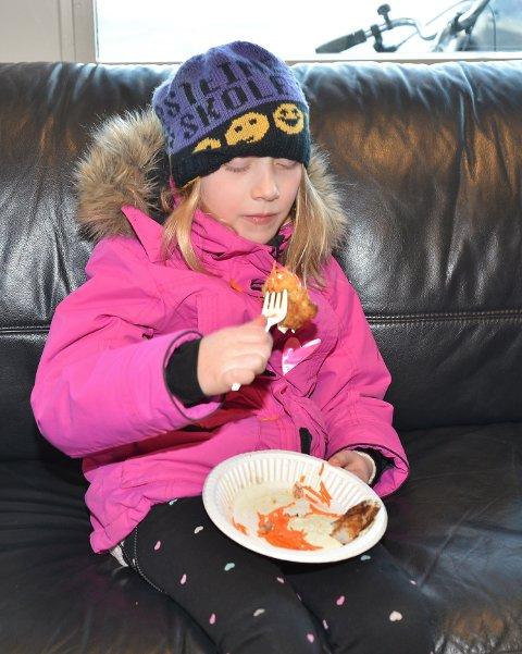 – Litt godt, sier Camilla F. Vikan om torsketungene hun spiser.