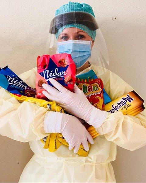 SJOKOLADEGAVE: Sjokoladeprodusenten Nidar overrasket intensivsykepleierne på Kongsvinger sjukehus med et lass sjokolade. Her viser Kine Annette Vikertorpet Andersen fram noe av søtsakene.