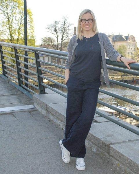 GÅR TUR: Linn Laupsa (Ap) inviterer folk til å være med på gåturer i Halden for å diskutere politikk. Foto: privat