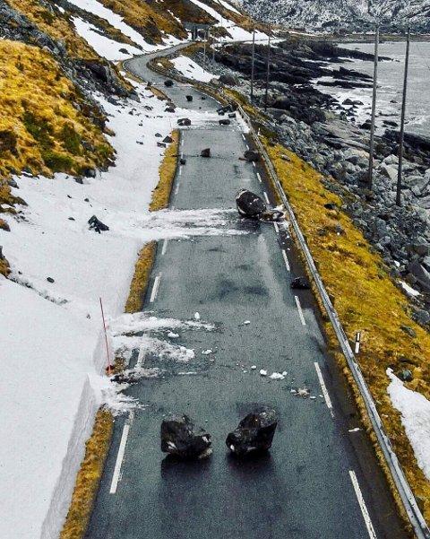 STEINRAS: Slik så det ut langs fylkesveien til Vikten i Flakstad etter raset. Foto: Instagram Drone_lofoten