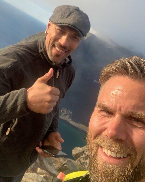 Gøran Ellingsen (foran) sikret seg en selfie da han møtte den norske A-kjendisen, skuespilleren og tidligere fotballspilleren John Carew.