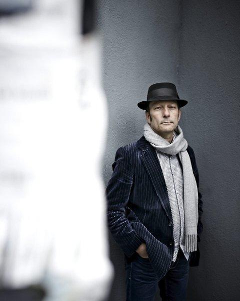 Hyllest: Tom Roger Aadland skyter Vebjørn Bråthen opp i skyene. Foto: Geir Dokken