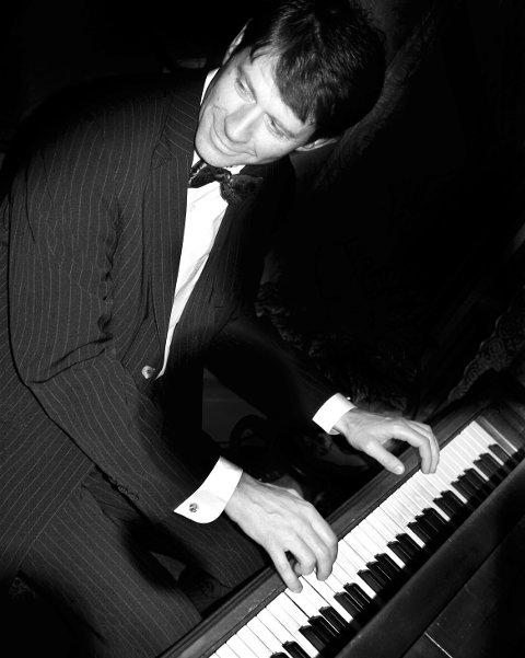 SÆRDELES GODT RYKTE: Morten Gunnar Larsen, en av vårt lands mest kjente og aksepterte jazzpianister, og særdeles godkjent i New Orleans kommer til Slemmestad førstkommende søndag med sitt tema «Creole connections».