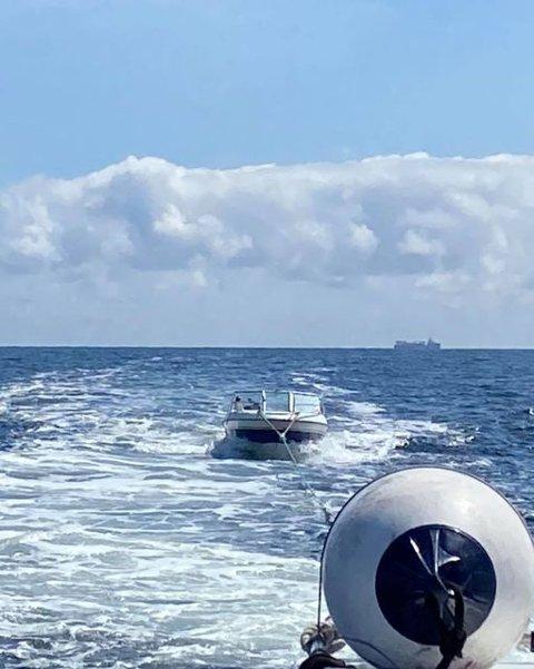 FIKK HJELP: Familien var ute på tur da båten havarerte på grunn av defekte ledninger på dashbordet. Heldigvis kom RS 156 Eivind Eckbo  dem til unnsetning.