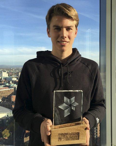 EN STOLT VINNER: Martin Samuelsen sliter med spilletid i Blackburn, men han kan trøste seg med prisen som Årets fotballtalent.