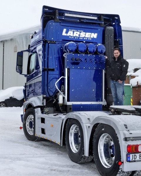 STOR INVESTERING: Bjørn Tore Larsen med sin ombygde og stylede trekkvogn til brutto 1,6 millioner kroner.FOTO: ASBJØRN RISBAKKEN