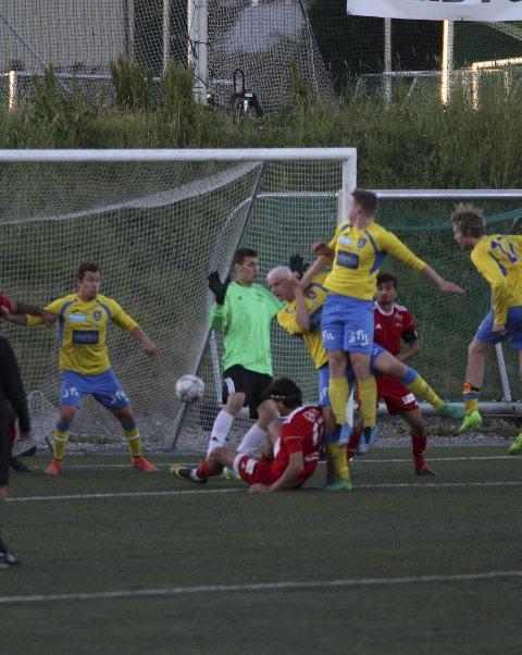 Scorer: Øystein Grini rager høyest etter en corner og scorer i comebacket.foto: magnus gulliksen