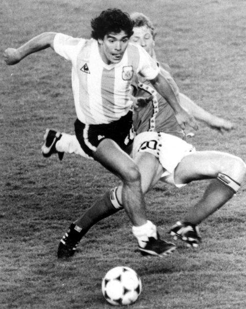 Diego Maradona og Argentina var skyhøye favoritter i åpningskampen, men ble stoppet av Guy Vandermissen og hans Belgia. (Arkivfoto: NTB scanpix)