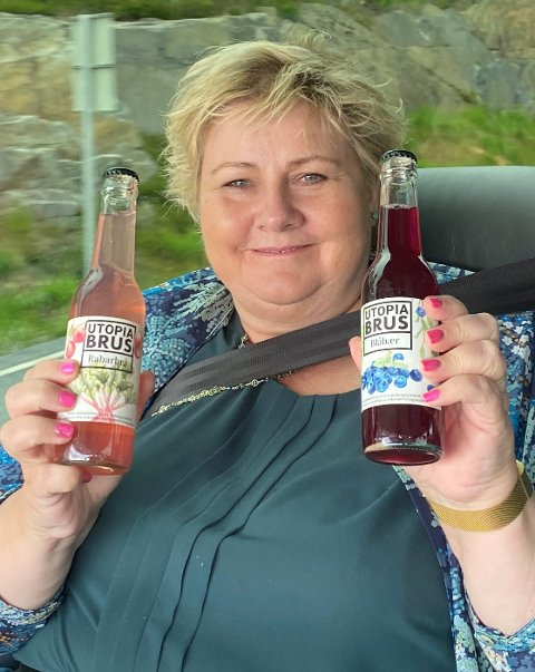 ÅTTE KASSER: Erna Solberg har kjøpt med seg åtte kasser blåbærebrus til valgturneen.