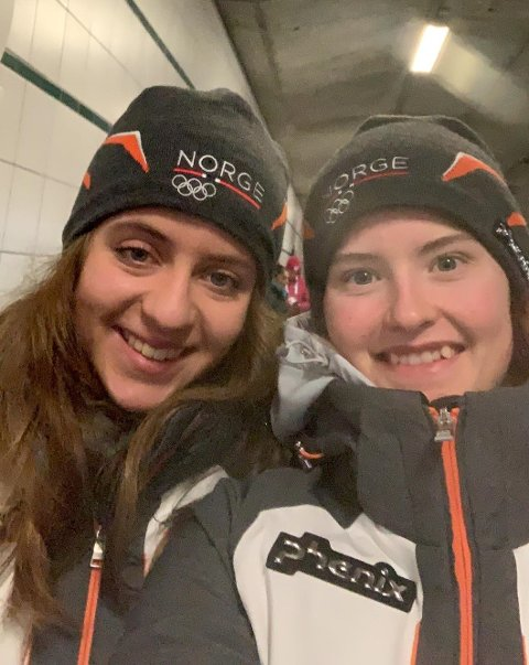 GULL-SELFIE: Her har våre rykende ferske gulljenter, Gyda Westvold Hansen (til høyre) og Nora Midtsundstad tatt en selfie til ære for vår avis.