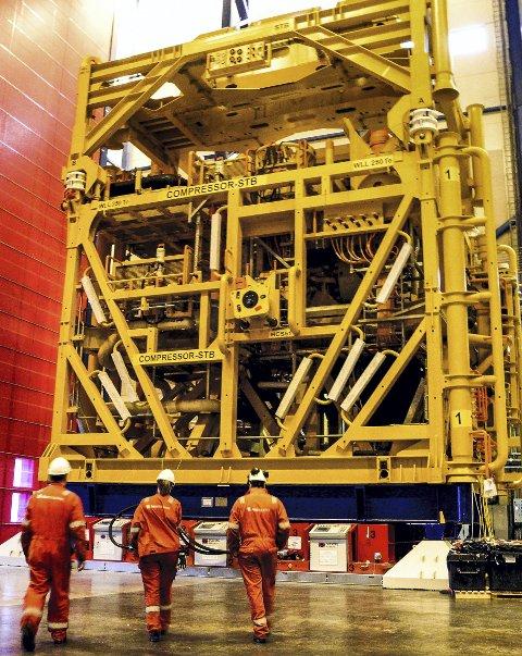 DIMENSJONER: Kompressordelen alene veier 420 tonn. Det kreves mye spesialutstyr når den skal flyttes fra hallen, over på fartøyet «North Sea Giant»og plasseres på 350 meters havdyp på Åsgard-feltet.