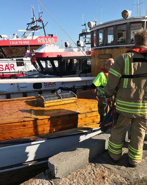 BÅTBRANN: Det startet å brenne i det elektriske i båten. Tresnekka ble slept inn til kai i Åsgårdstrand.