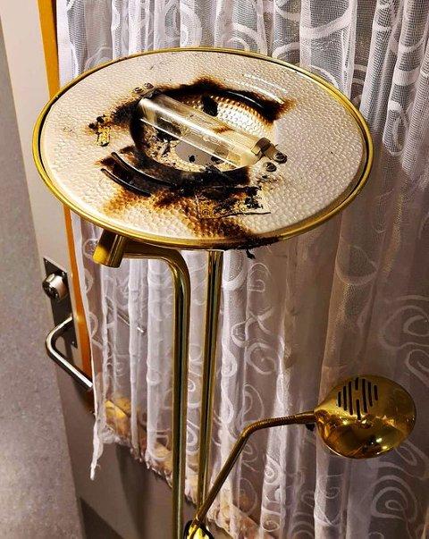 Et klesplagg som hang over lampen, tok fyr.
