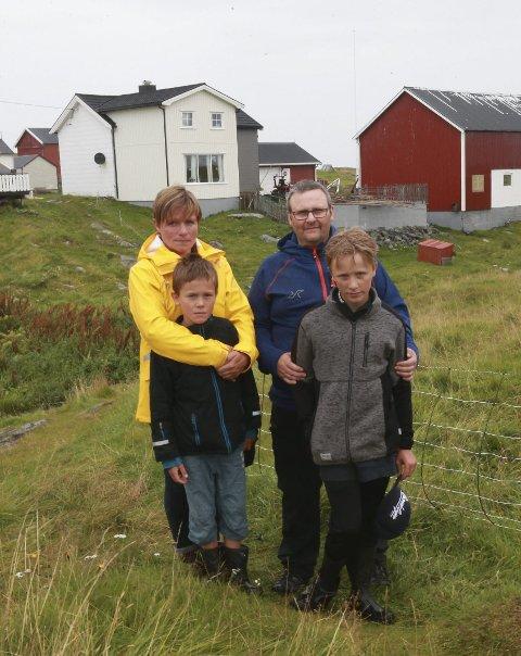 Johnny Olsen og sønnene Erlend og Vegar ble reddet fra å drukne i 2017. Olaug Olsen så ulykken fra land og fikk umiddelbart tak i redningspersonell. Dette bildet ble tatt fire måneder etter ulykken, da AN besøkte familien på Givær. Foto: Tom Melby